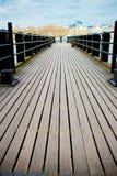 有木板条的河码头 库存照片