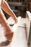 有木板的木工手 免版税库存图片