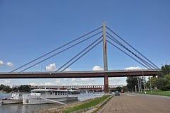 有木板走道的城市桥梁 免版税图库摄影