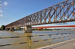 有木板走道的城市桥梁 免版税库存照片