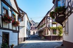 有木构架的大厦的美丽的街道在黑尔斯泰因,沿摩泽尔河,德国 免版税库存照片