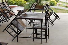 有木桌和镀铬物椅子的空的自助食堂 免版税库存照片