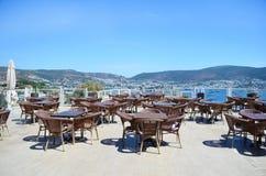 有木桌的餐馆在海滩 免版税库存图片