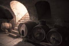 有木桶和石台阶的老葡萄酒库 免版税库存图片
