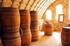 有木桶的老葡萄酒库 免版税库存图片