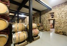 有木桶的老酿酒厂 免版税库存照片