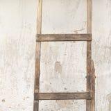 有木梯子的被风化的灰泥墙壁 免版税库存照片