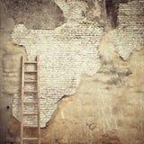 有木梯子的被风化的灰泥墙壁 免版税图库摄影