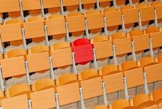 有木椅子和一把红色椅子的空的教室 库存图片