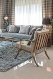 有木椅子的现代客厅在地毯 免版税库存图片