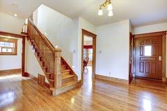 有木楼梯的空的入口走廊 库存照片