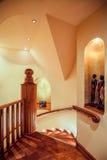 有木楼梯的走廊 免版税库存照片