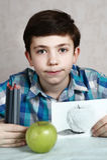 有木炭蜡笔的青春期前的英俊的男孩 库存图片