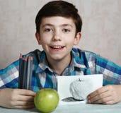 有木炭蜡笔的青春期前的英俊的男孩 免版税库存图片