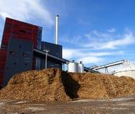 有木燃料和蓝天存贮的生物能源厂  库存照片