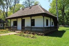 有木瓦屋顶的议院在Dimitrie Gusti全国村庄博物馆在布加勒斯特 免版税库存图片