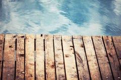 有木甲板的海 免版税库存图片