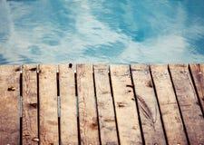 有木甲板的海 图库摄影