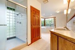 有木盆、阵雨和木头机柜的大空白卫生间。 库存照片