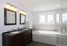 有木盆和木头内阁的卫生间有两个水槽的 图库摄影