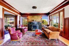 有木盘区修剪墙壁和葡萄酒家具的客厅 图库摄影