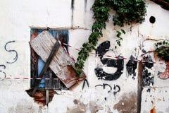 有木窗口的老土气房子墙壁 免版税库存照片