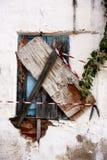 有木窗口的老土气房子墙壁 库存图片
