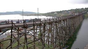 有木筏村庄的高木桥在泰国和缅甸附近边界的大湖的, 库存图片