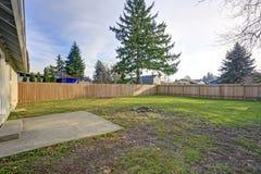 有木篱芭的宽敞后院和火挖坑 库存照片