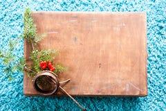 有木纹理的箱子和在蓬松蓝色地毯背景的杉树 顶视图拷贝空间 免版税库存图片