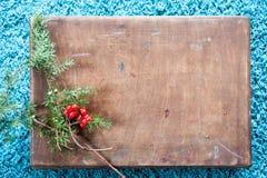 有木纹理的箱子和在蓬松蓝色地毯背景的杉树 顶视图拷贝空间 免版税图库摄影