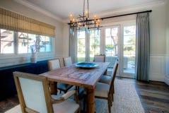 有木表的现代家庭餐厅 免版税库存照片