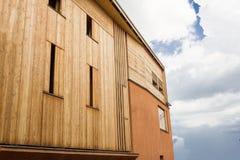 有木覆盖物的现代minimalistic样式砖房子 免版税图库摄影