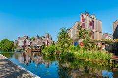 有木议院的现代邻里在阿尔克马尔荷兰 免版税库存照片