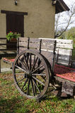 有木轮子的无盖货车 免版税库存照片