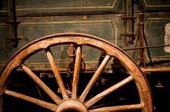 有木轮子的老木支架 库存照片