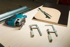 有木钳位和一支铅笔的准备的工具竖锯有统治者说谎的 库存照片