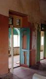 有木门和地板的被放弃的房子 免版税库存照片