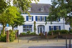有木门的老德国与木shutte的房子和窗口 图库摄影