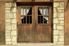 有木门的老房子 免版税库存图片