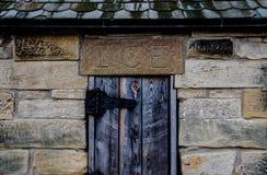 有木门的老石冰议院 免版税库存照片