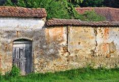 有木门的老被加强的墙壁 库存照片