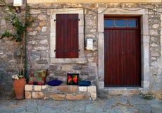 有木门道入口的(克利特,希腊)农村房子 免版税库存图片