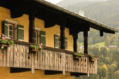 有木阳台的典型的巴法力亚房子 贝希特斯加登 德国 库存照片