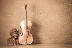 有木雕刻的小提琴 免版税库存图片