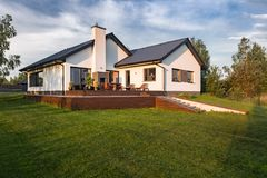 有木露台的现代房子 免版税库存照片