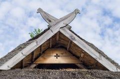 有木鸟的秸杆屋顶作为装饰 免版税库存照片