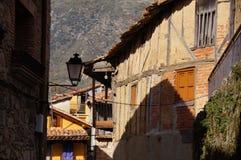 有木头、多孔黏土、砖和石头房子的典型的街道  免版税库存照片