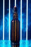 有木黄柏的湿啤酒瓶 库存照片