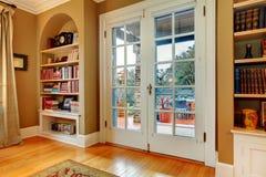 有木玻璃门和固定墙壁的经典门厅 免版税库存照片